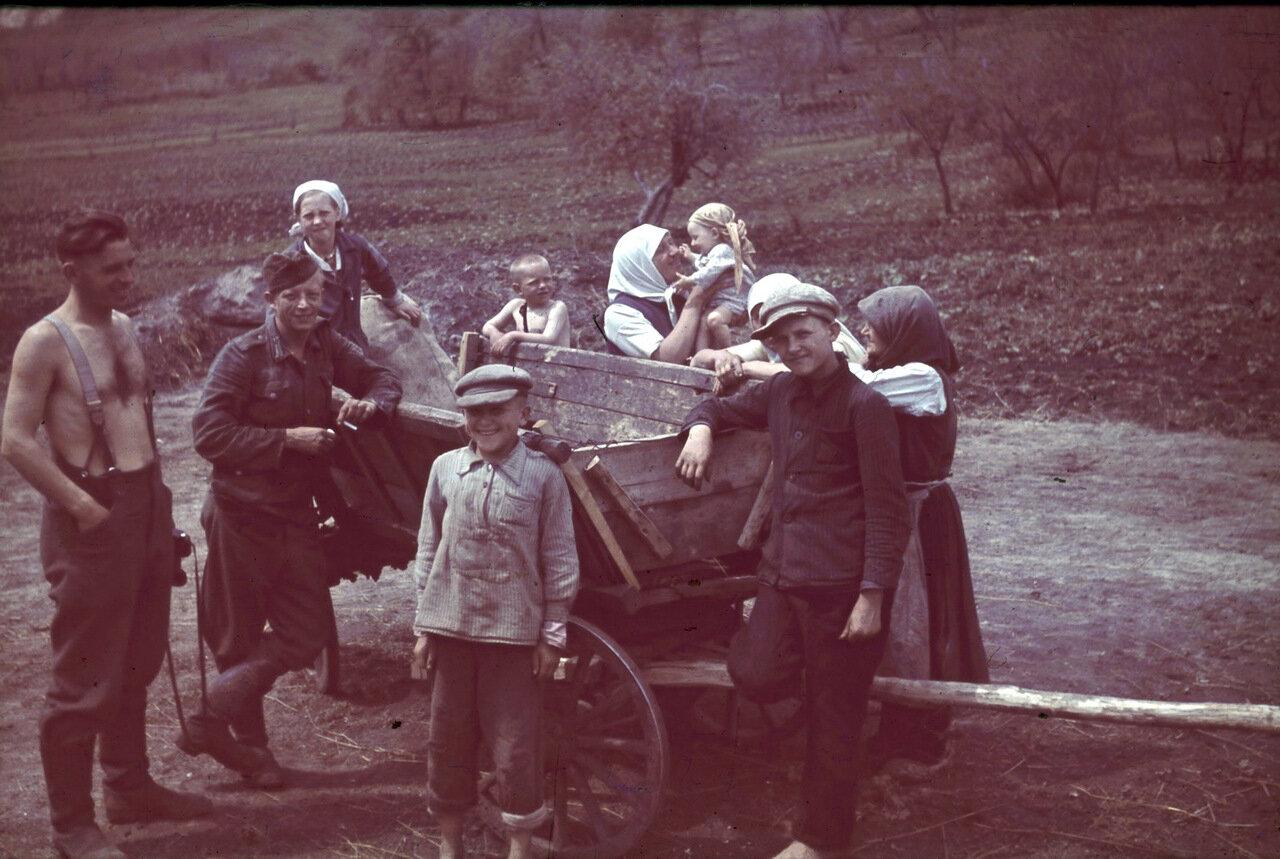 1943. Белгородская область, немецкие солдаты беседуют с женщинами и детьми