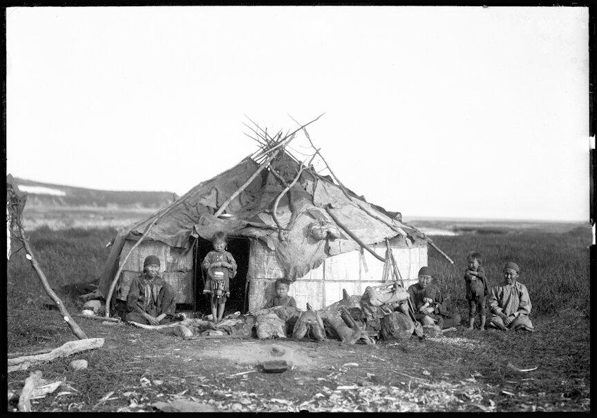 Группа эвенков возле чума