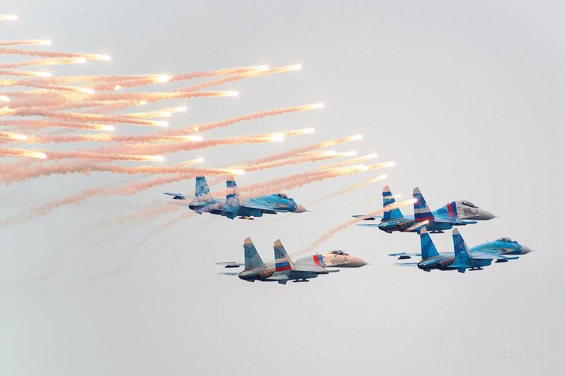 Сухой Су-27 (RF-92305 / 10 красный) D802222