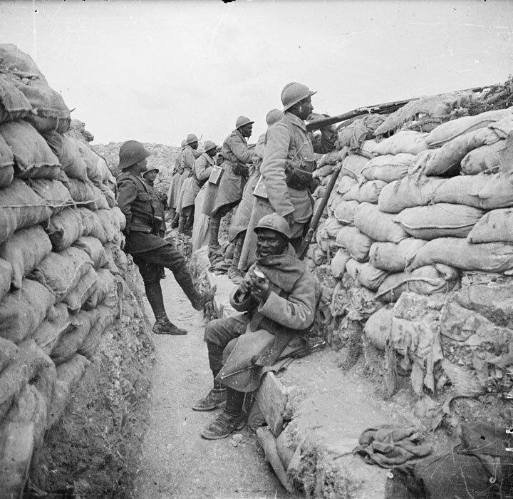 Dans le secteur de Prosnes, dans la Marne, des troupes senegalaises montent la garde dans une tranchée.