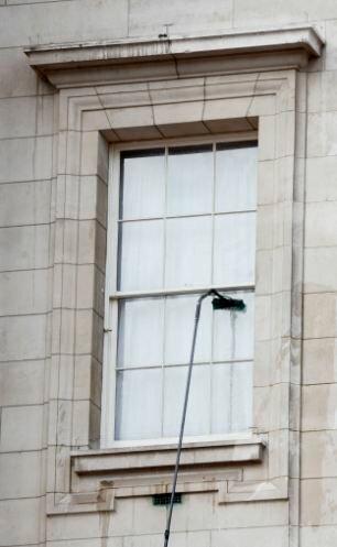 Как моют окна в Букингемском дворце (3 фото)
