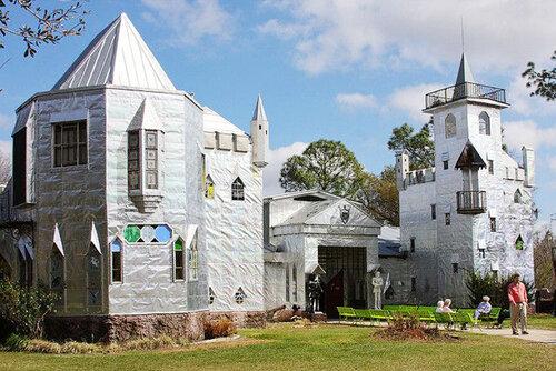 Дом в стиле замка из металлолома