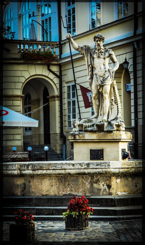Скульптура Нептуна, южная сторона площади Рынок