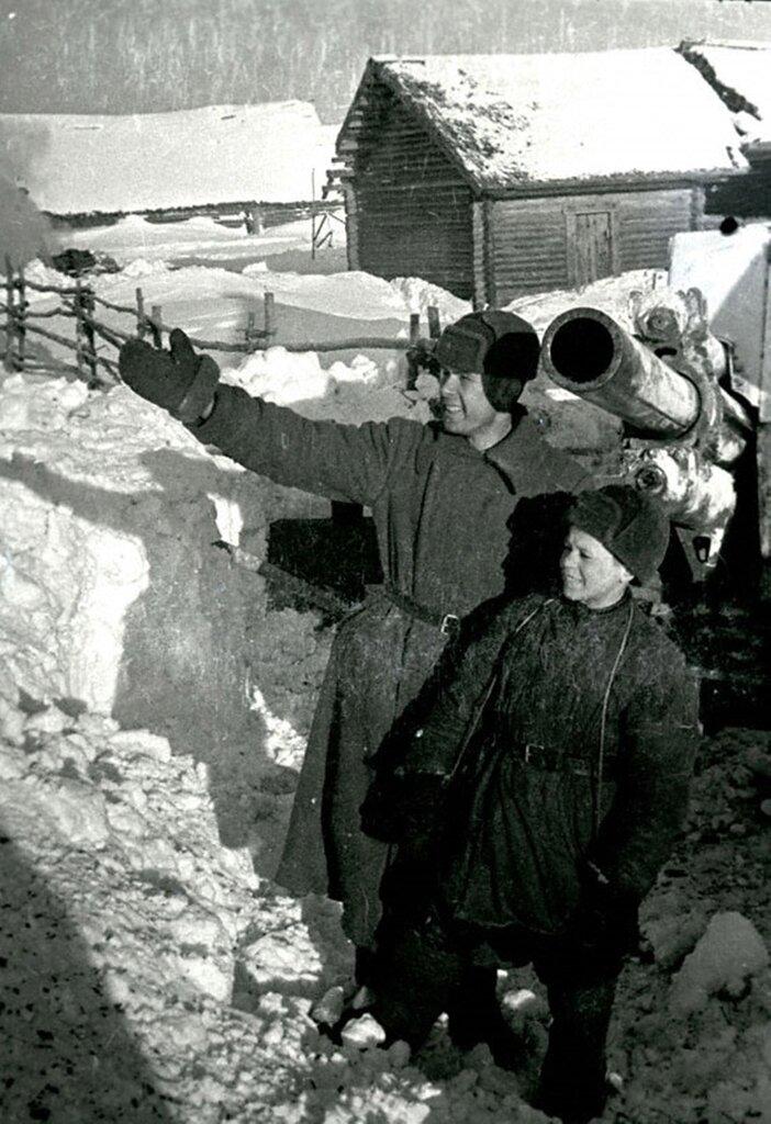 Наводчик А.Ошурко с юным воспитанником гвардейцев К.Степановым. Январь 1942 г. Западный фронт.