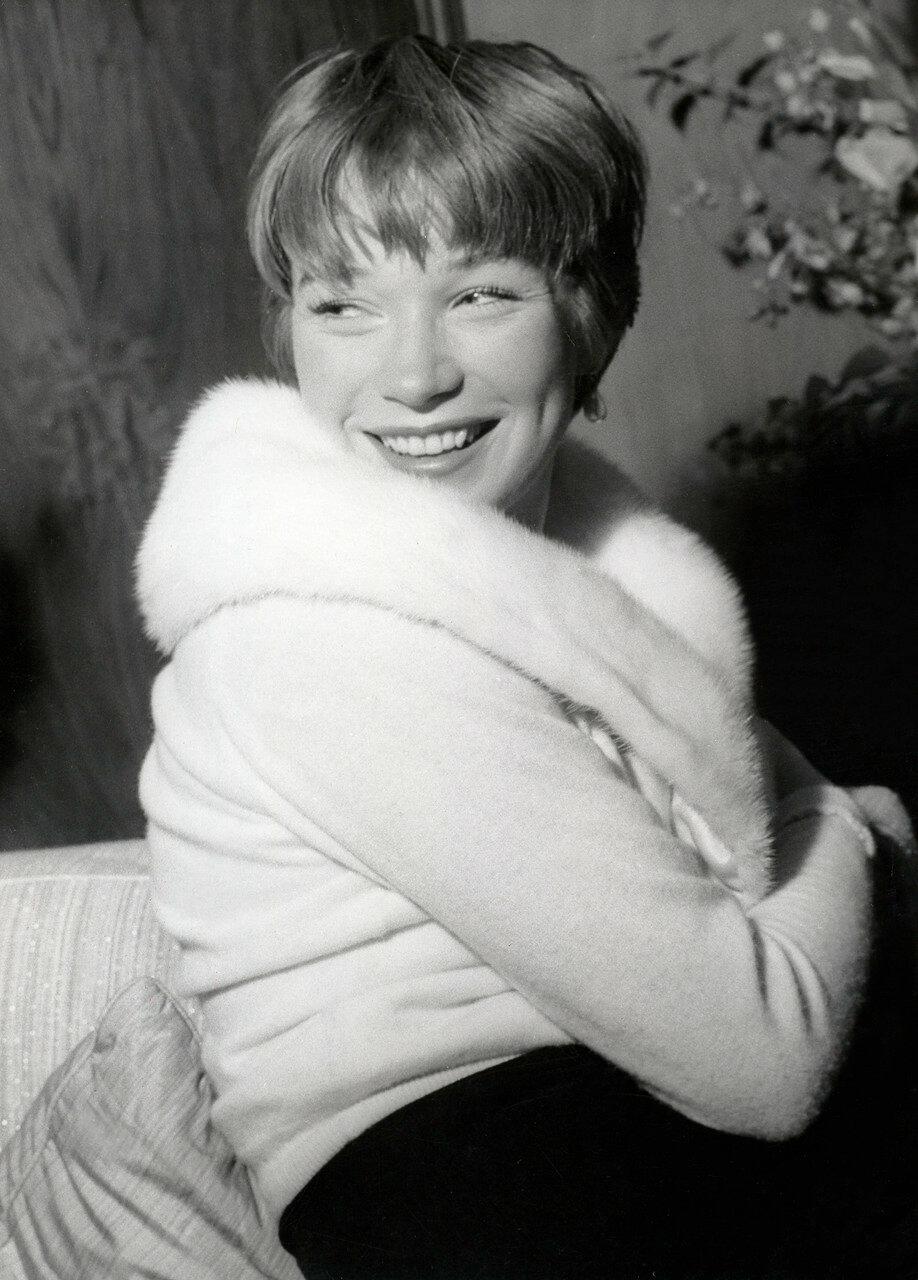 Shirley MacLAINE , Portrait