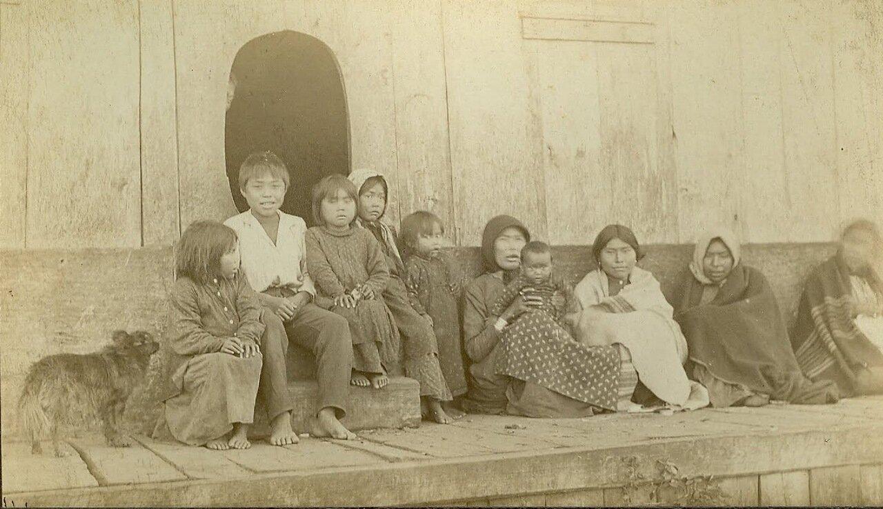 1880. Тлинкиты возле дома собраний племени