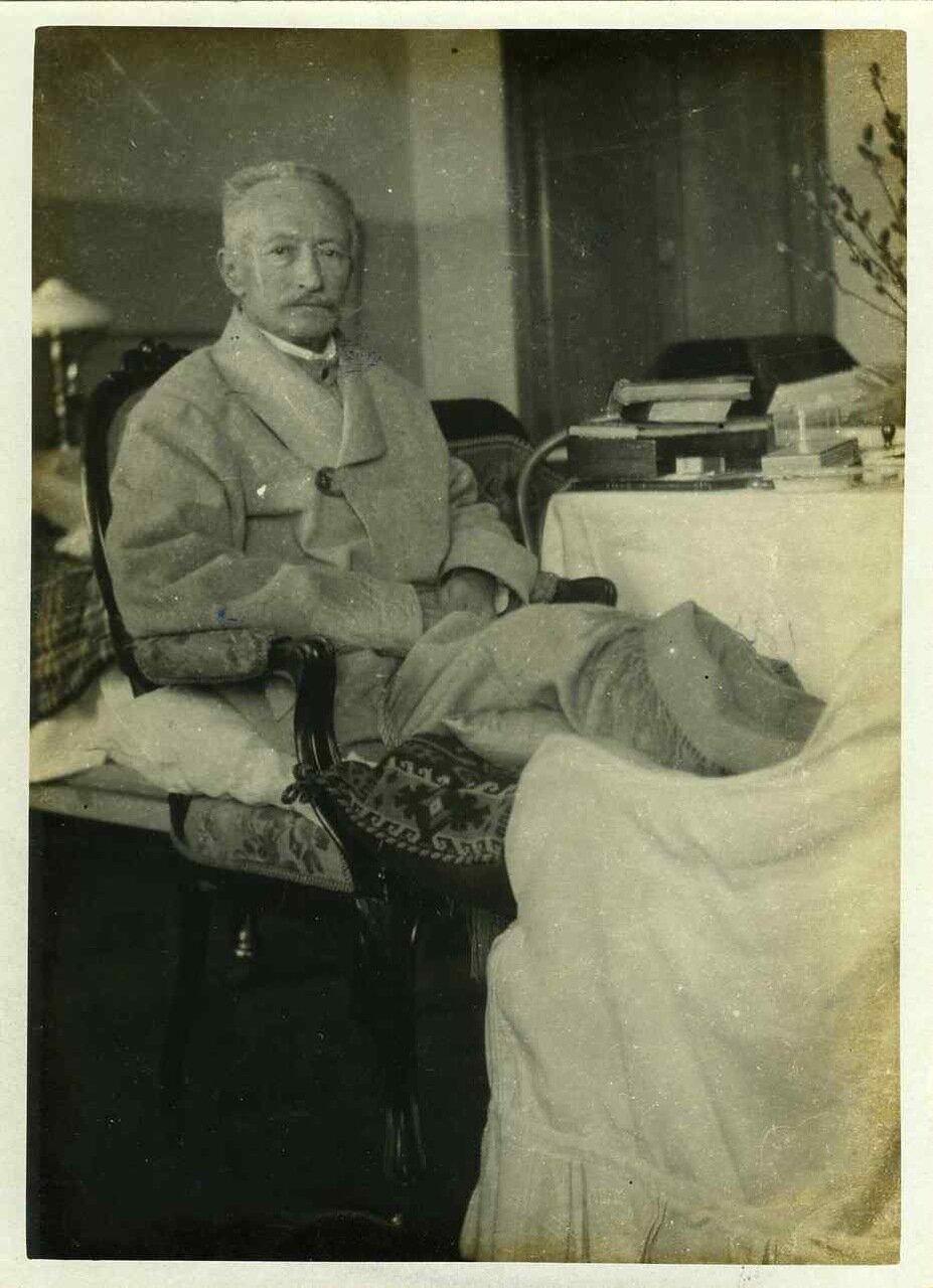 раненый кривопосланным красным снарядом генерал Брусилов