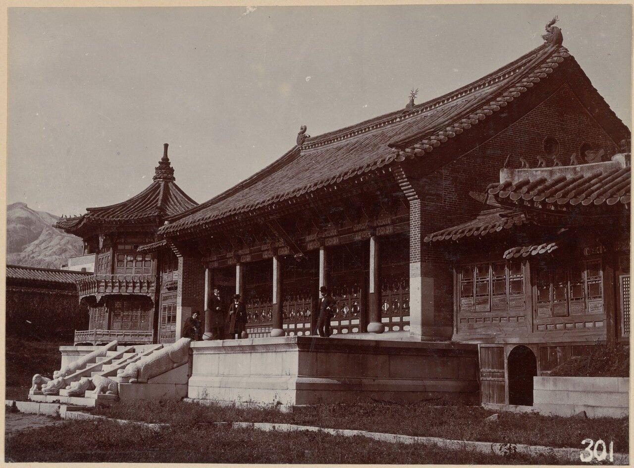 Нижний этаж использовался в качестве королевской библиотеки, в то время как верхний был местом для развлечений и праздников