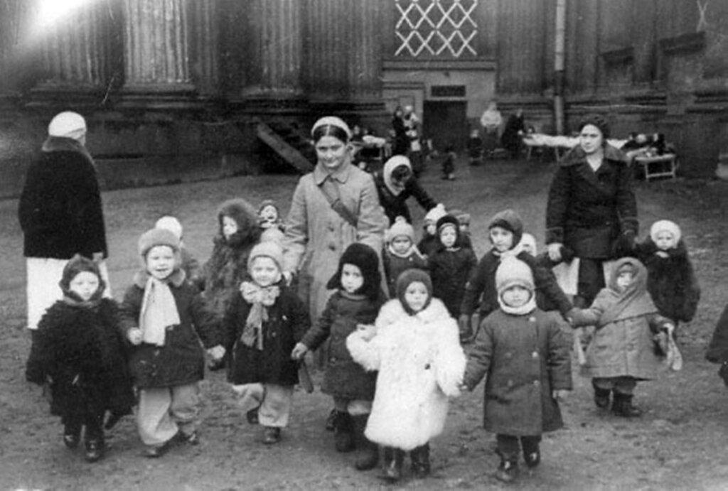 Ребята детских яслей № 237 Куйбышевского райздравотдела на прогулке. 22 октября 1941 г. Ленинград.