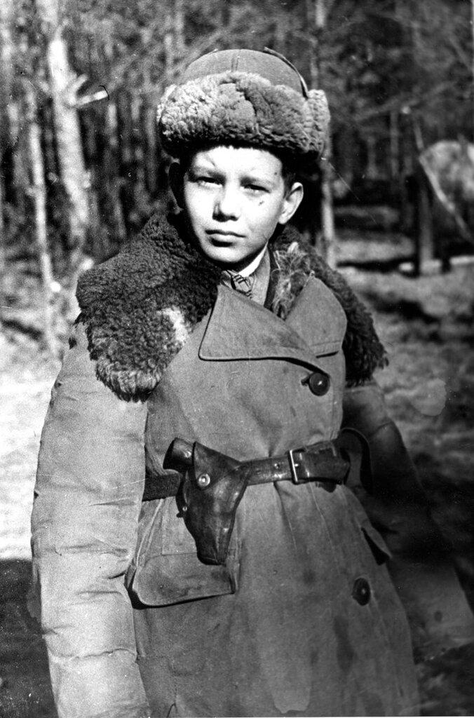 Юный партизан Владимир Иванович Бебех из черниговского отряда имени Сталина, командира Николая Попудренко. 1943 г.  Черниговская область, Украина.