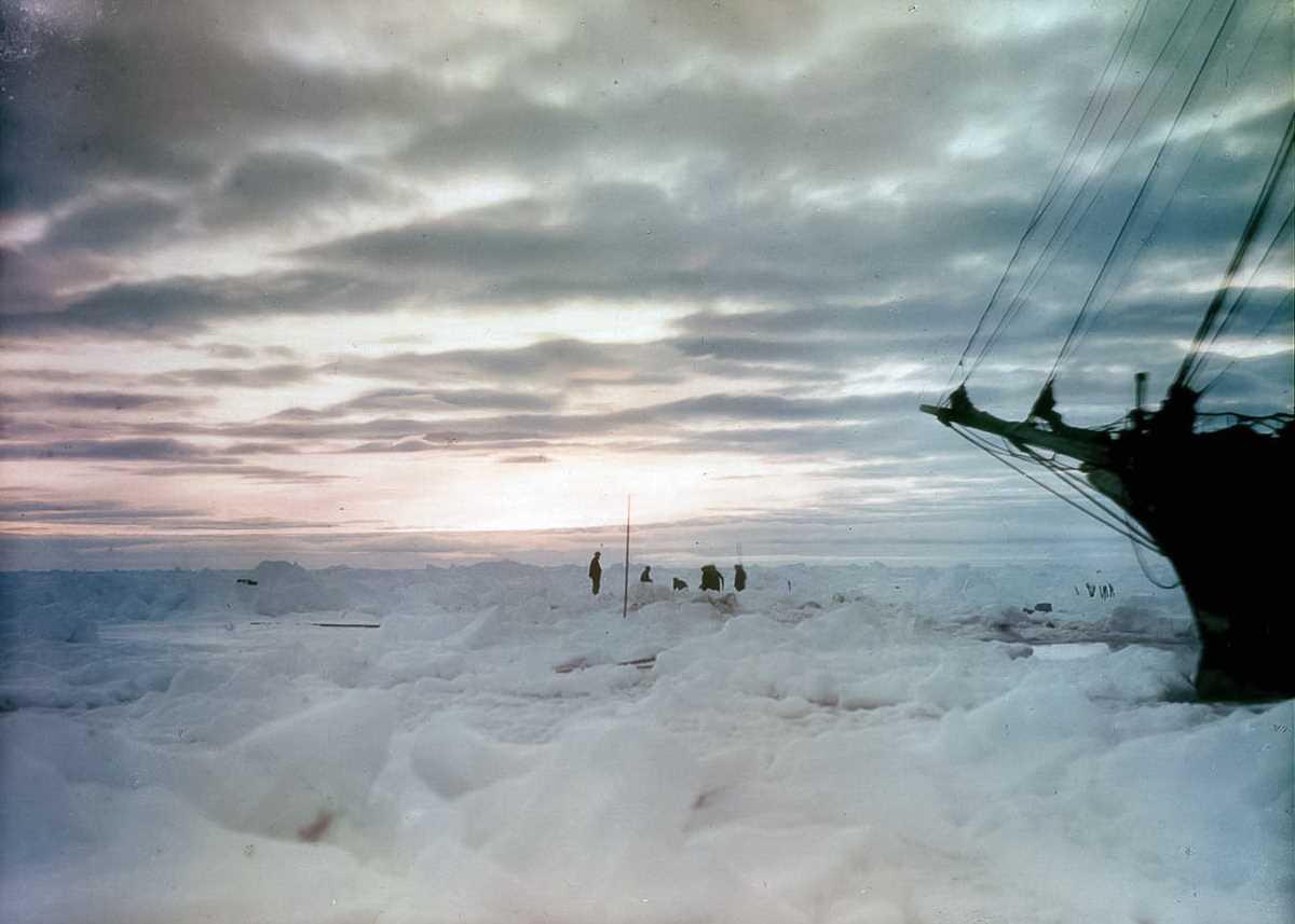 39. Между тем корабль продолжал дрейфовать вместе со льдинами вокруг него. 27 октября 1915 года судн