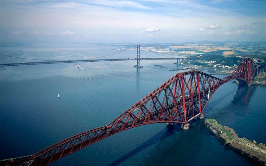 9. Два моста через реку Форт, хотя в глаза больше бросается железнодорожный. (Jason Hawkes)