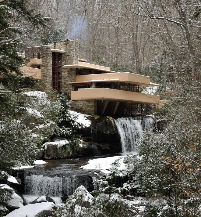 Дом над водопадом. США