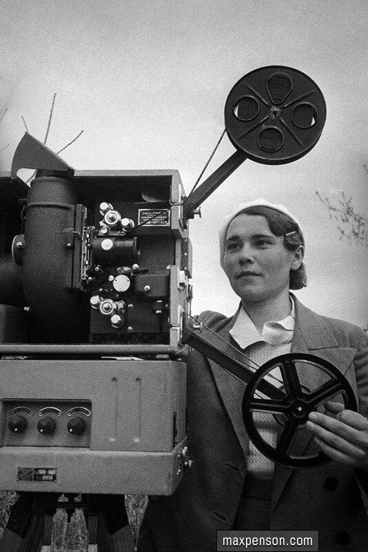Женщина киномеханик. 1930-е