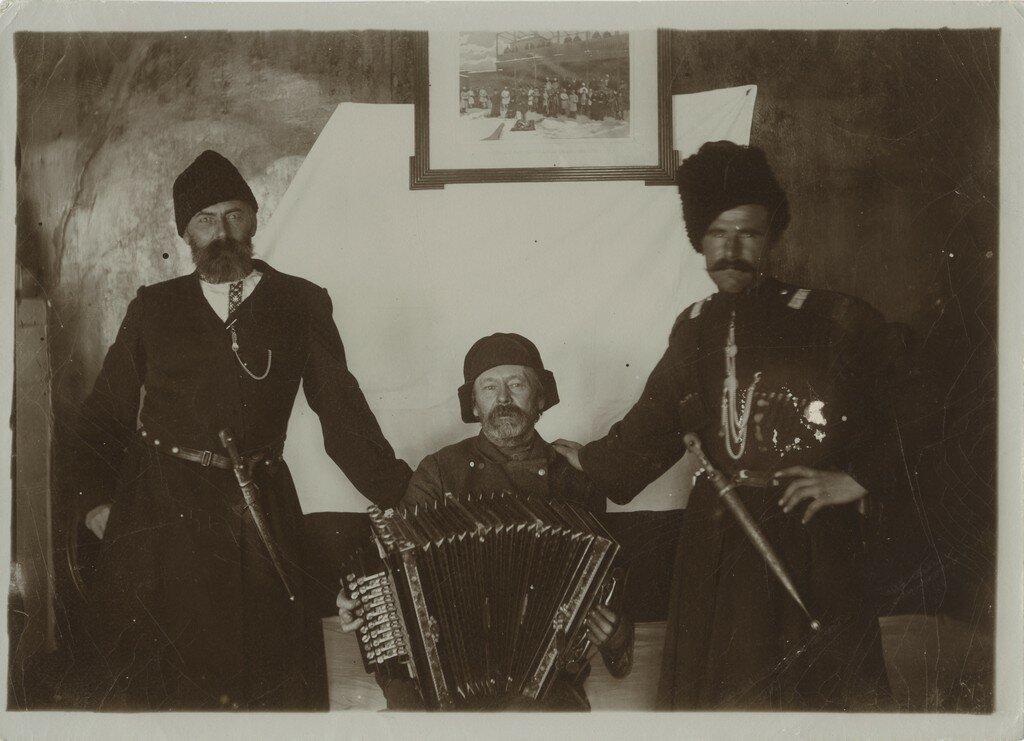 1900-е. Баянист с казаками
