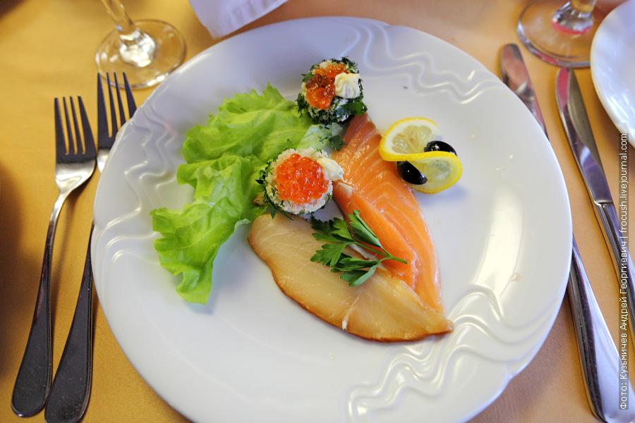 Рыбное ассорти (семга шеф-посола, масляная рыба, икра лососевая, маслины, масло, лист салата, лимон)