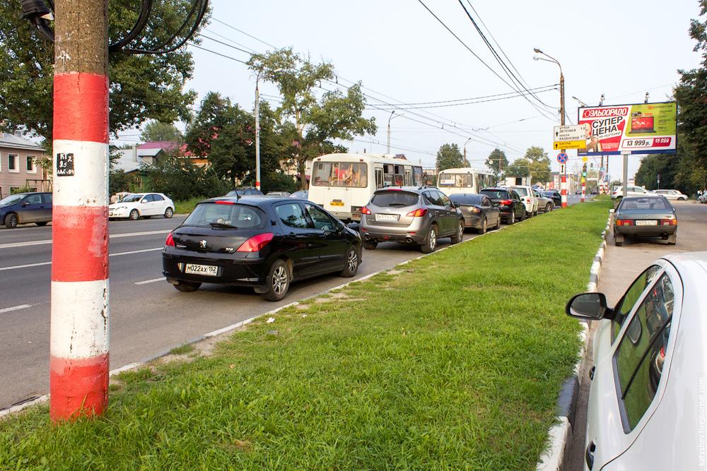 Нарушители правил парковки на улице Родионова