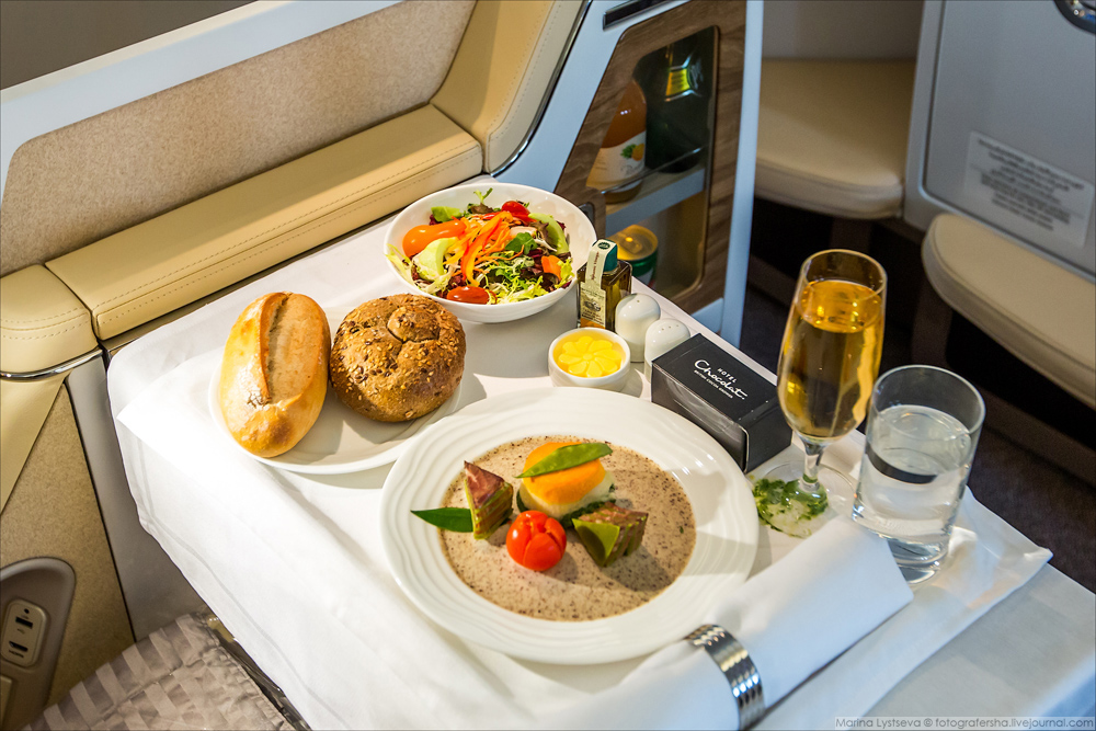 Пассажиры бизнес-класса могут пообедать в любое время по требованию.