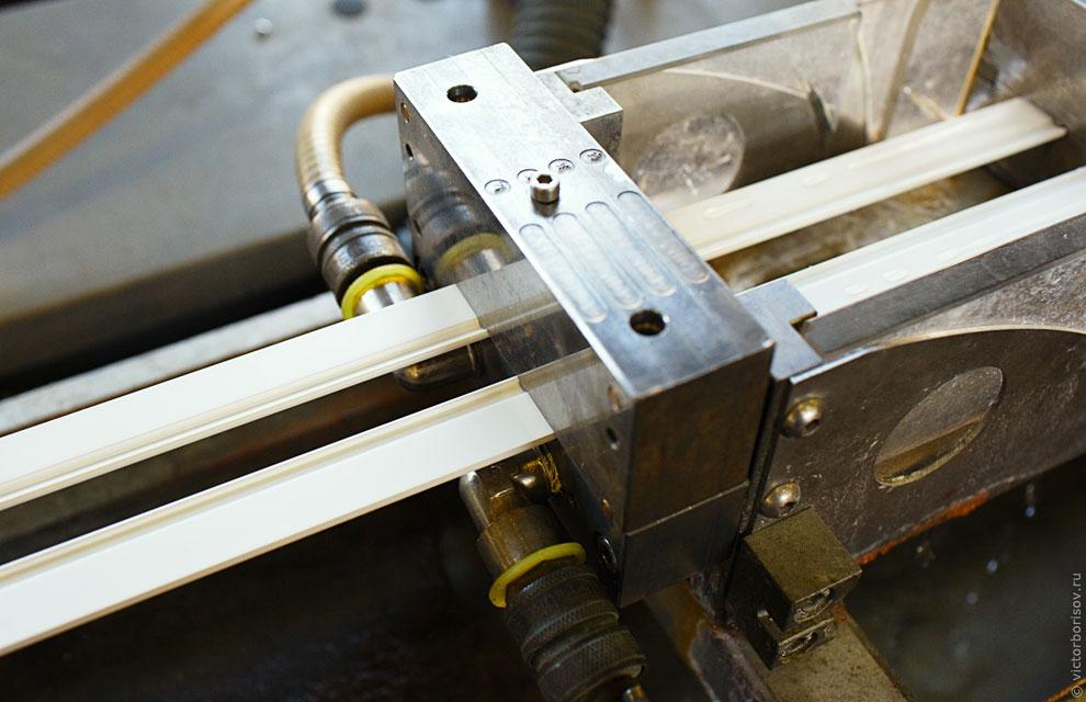 Здесь идентичная экструзионная линия, но процесс состоит из двух частей. Сначала производится жестка
