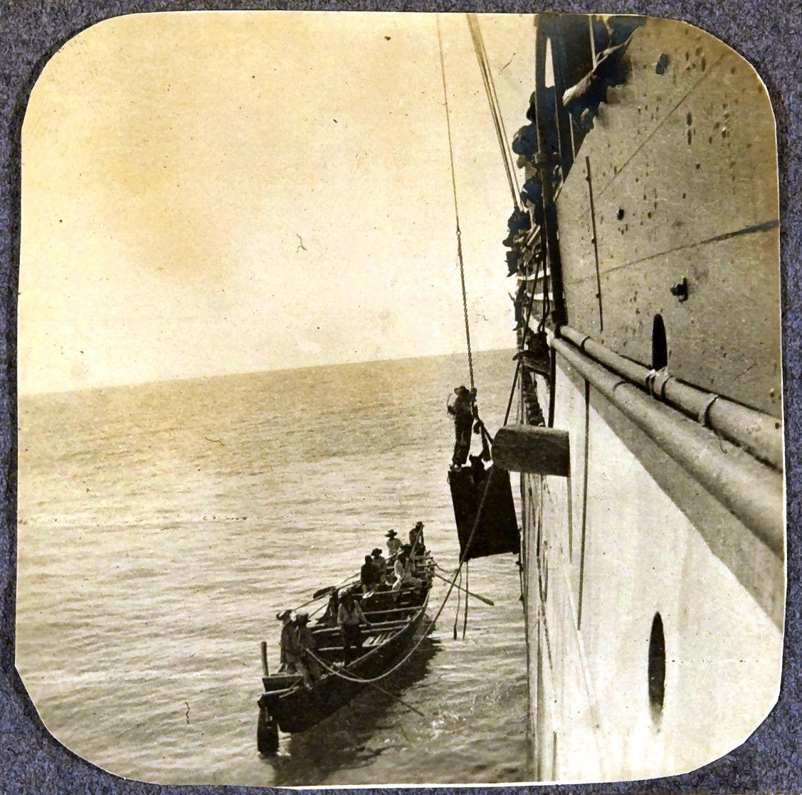 03. Лихтер, идущий к берегу в Манильском заливе