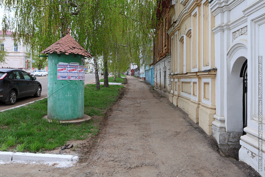 Театральная (рекламная) тумба на улице Карла Маркса в Чистополе