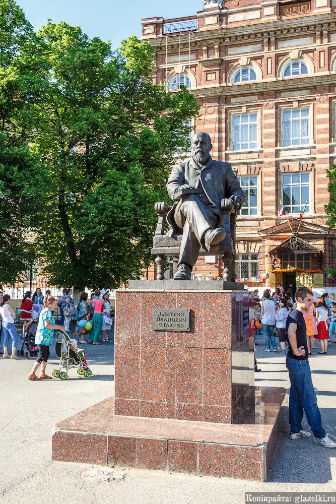 Памятник писателю Дмитрию Ивановичу Стахееву.