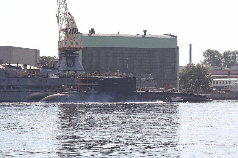 ремонтирующаяся в доках на Неве подводная лодка Img_8004