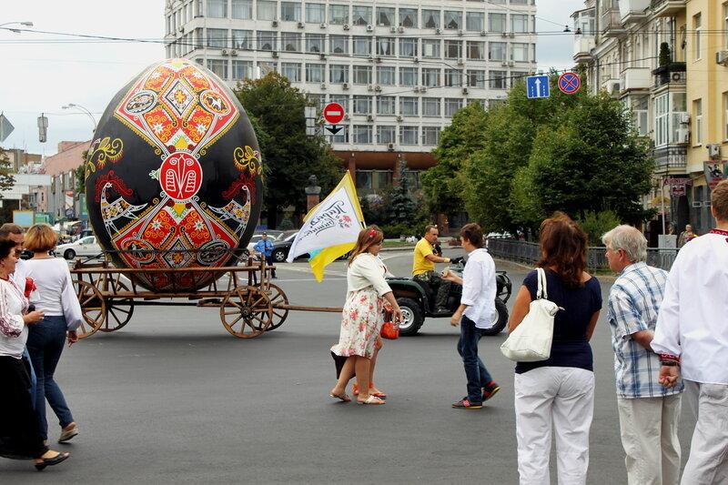 Парад вышиванок на площади Славы