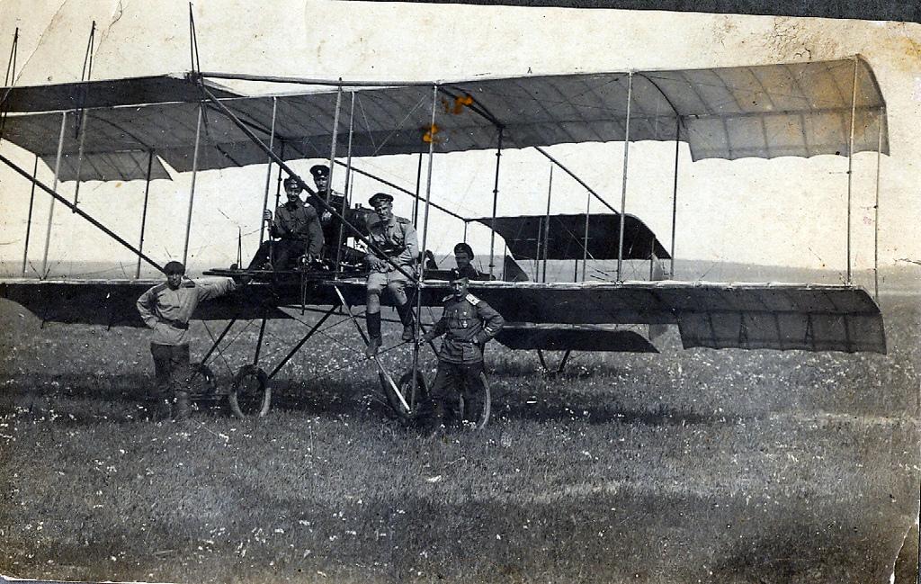 Групповое фото с аэропланом.jpg