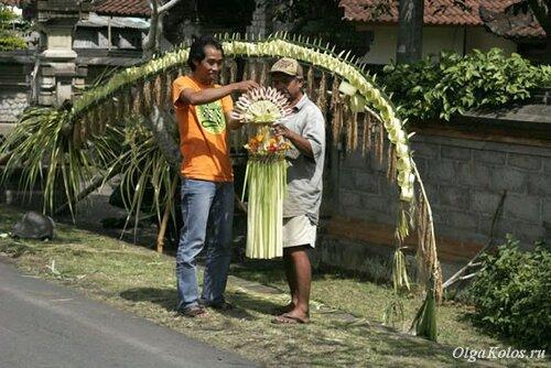 Украшение бамбука перед Галунганом