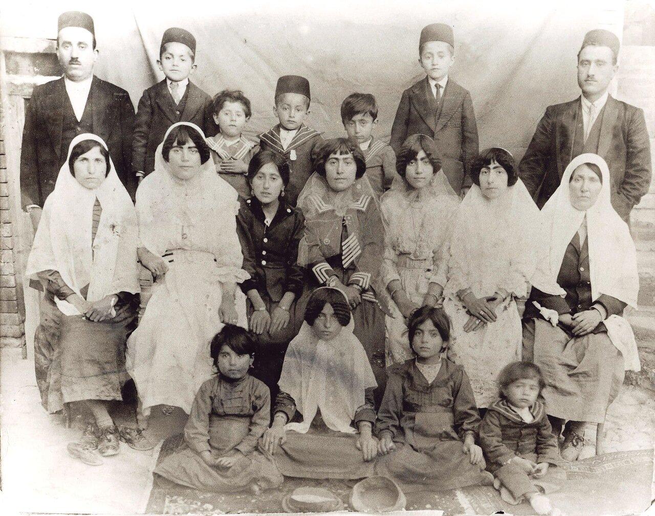 Семья Меира Ага Aзра, Хамадан, ок. 1919