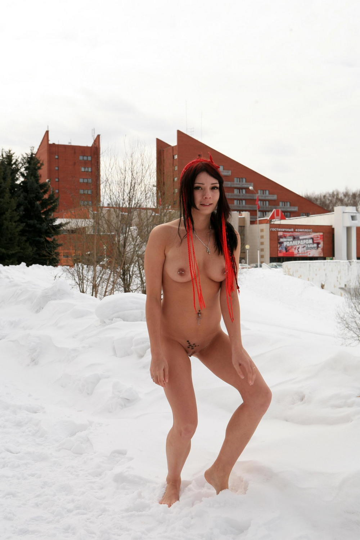 Голая Елизавета на зимней прогулке