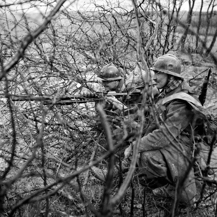 Deux soldats servent une mitrailleuse Hotchkiss 8 mm M1914 dans une foret du secteur de la 3e armee.