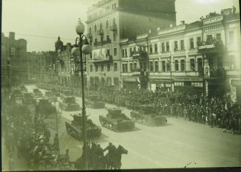 Парадная колона Т-26 проезжает по Красноармейской улице в сторону пл. Льва Толстого, 1 мая 1938 года.