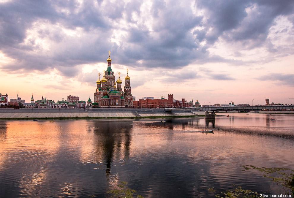 41. Эта башня хоть и похожа на московскую Спасскую, но называется Благовещенская. Находится п