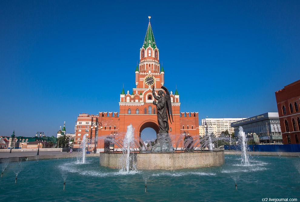 7. Перед башней располагается фонтан со скульптурой Архангела Гавриила, принесшего Деве Марии