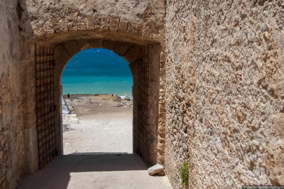 Вход на территорию крепости осуществлялся через изогнутый тоннель. Во времена лепрозория он называлс