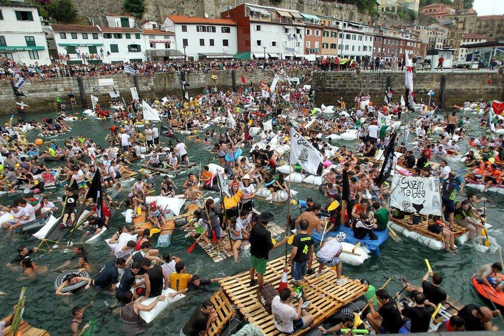 Пиратский заплыв во время праздника Большая неделя