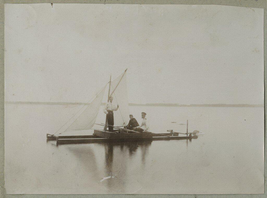 1900. Группа людей на катамаране