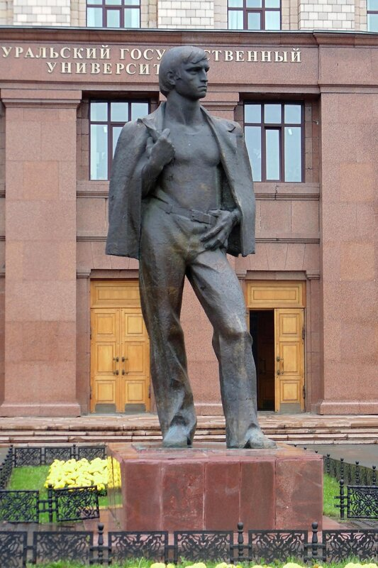 Челябинск. Памятник студенту.