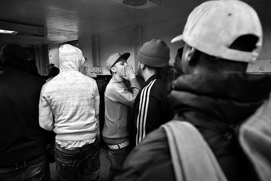 В ожидании вражеской группировки Trinitarios в метро.