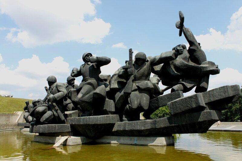 Памятник в музее ВОВ