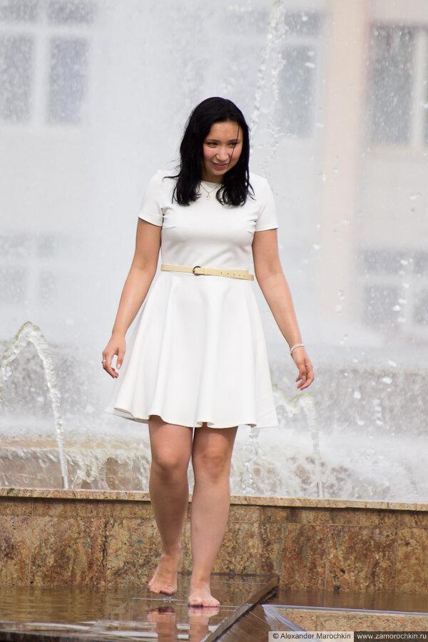 Бососногая девушка в фонтане
