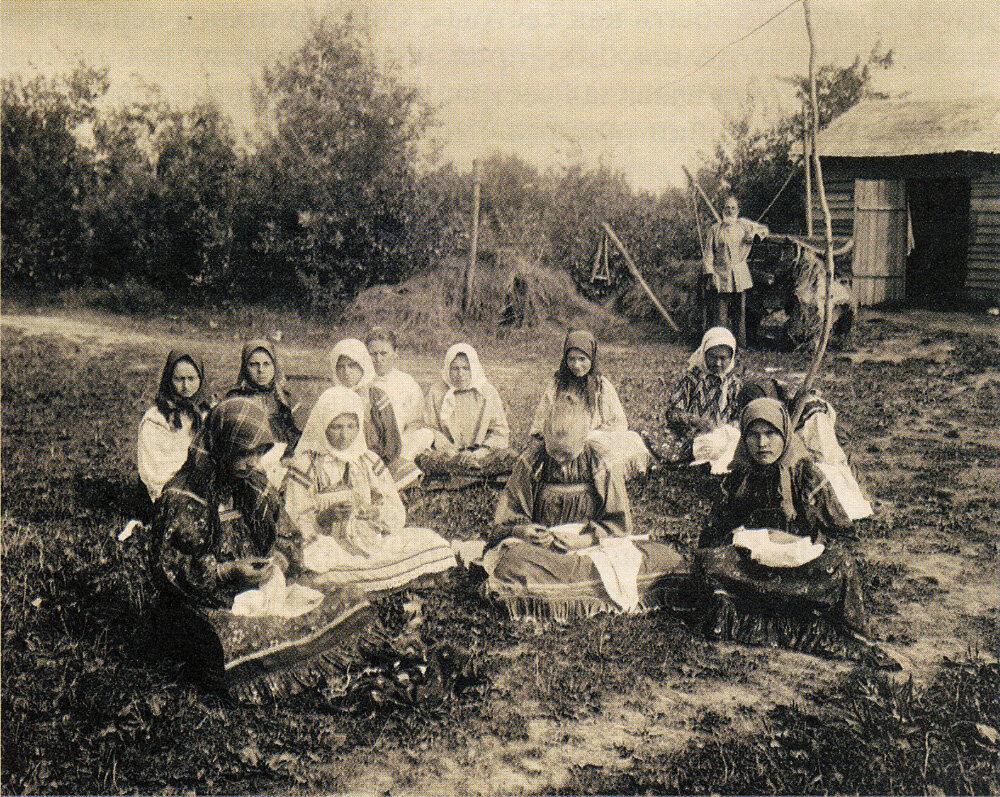 Вышивальщицы на лугу. Фото начала ХХ в.