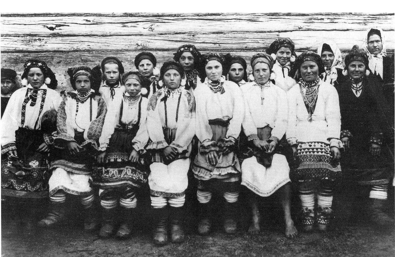 Группа девушек в праздничных нарядах. Тульская губ. 1902 г.