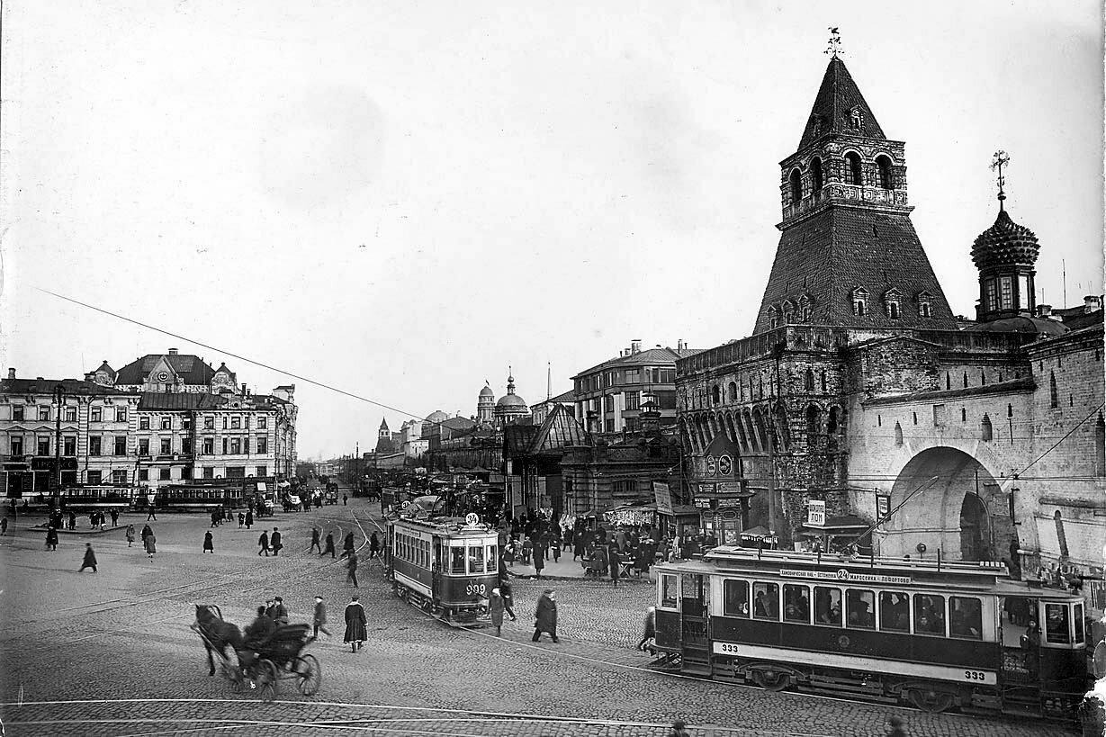 Лубянская площадь и Владимирские ворота Китай-города.