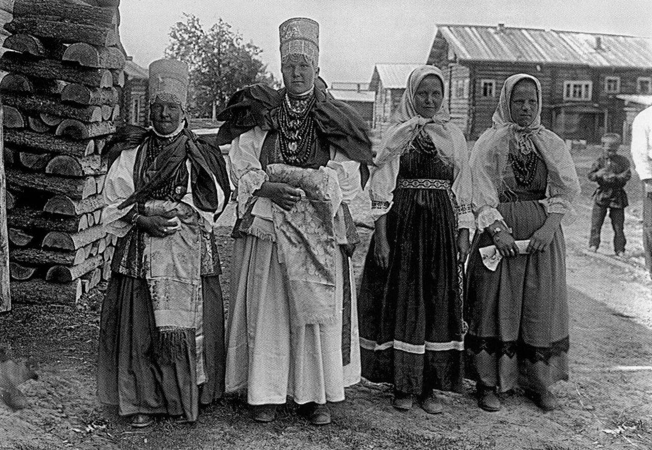 1927. Девушки «повязочницы» (слева) и «косыночницы» (справа) из Понежского уезда Архангельской губ.