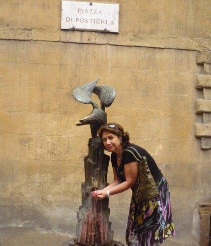 Италия 2011г. 27.08-10.09 507Это мы в контраде орел.Считается благородной, в 1536 году за теплый прием этот титул ей пожаловал император Священной Римской империи Карл V.jpg