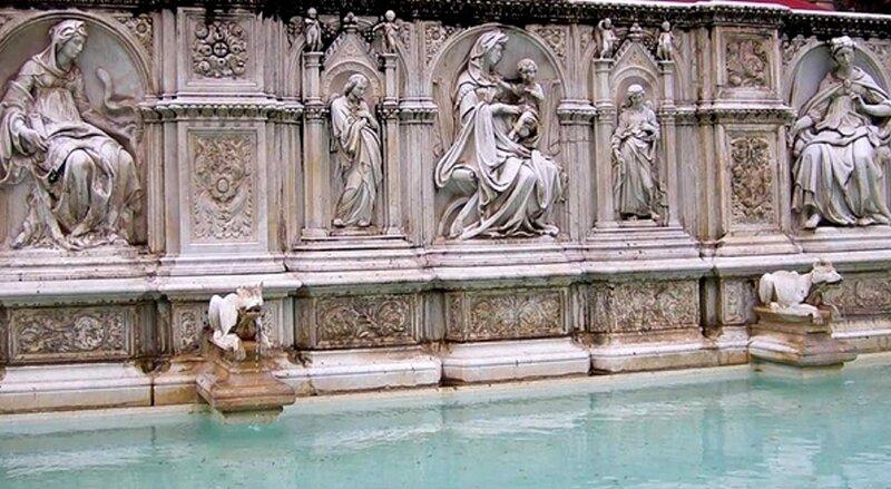 Фонтан Радости украшен в 1419 году барельефами на библейские темы, в центре Мадонна с младенцем. Творение рук Джакопо делла Кверга.jpg