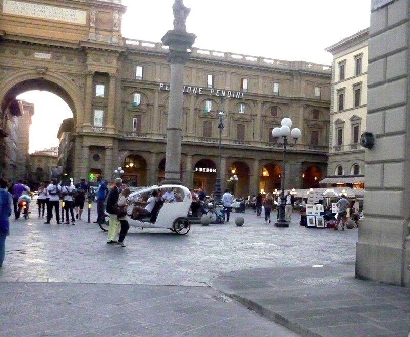Италия 2011г. 27.08-10.09 465.jpgулица Via Roma, которая вливается в просторную площадь Piazza della Repubblica.